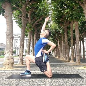 Yoga anjaneyasana low lunge